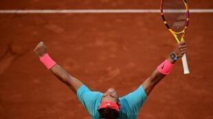 L'Espagnol Rafael Nadal exulte après sa victoire sur l'Argentin Diego Schwartzman en demi-finale de Roland-Garros, le 9 octobre 2020