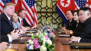 Donald Trump et Kim Jong-un face à face lors du deuxième sommet États-Unis - Corée du Nord à Hanoï, le 28 février 2019.