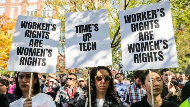 Los trabajadores sostienen carteles en las afueras de 14th Street Park en las oficinas de Google después de salir como parte de una protesta mundial por problemas laborales en Nueva York, EE. UU., el 1 de noviembre de 2018.