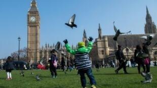 مواطنون يتنزهون في ساحة البرلمان بوسط لندن في 24 آذار/مارس 2017 بعد يومين على اعتداء دام أمام البرلمان