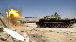 دبابة للجيش الوطني الليبي خلال معارك مع جهاديين في منطقة بنغازي في 20 أيار/مايو 2017