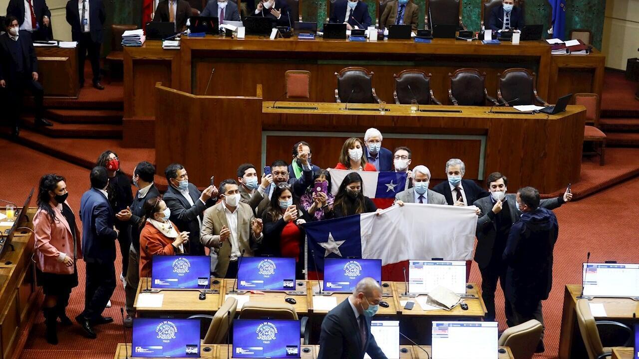 Una foto distribuida por el Senado de Chile muestra a diputados chilenos de diferentes partidos celebrando en el Congreso chileno en Valparaíso, Chile, el 23 de julio de 2020.