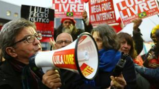 Jean-Luc Mélenchon manifeste, le 5 septembre 2019 à Curitiba, pour demander la libération de l'ancien président Lula.