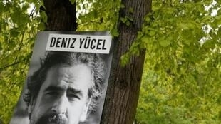 صورة للصحافي دنيز يوجيل علقها ناشطون من العفو الدولية أمام سفارة تركيا في برلين 03 مايو 2017