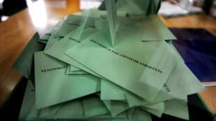 Les bulletins de vote des élections régionales qui se tiennent en Andalousie, le 22 mars 2015.