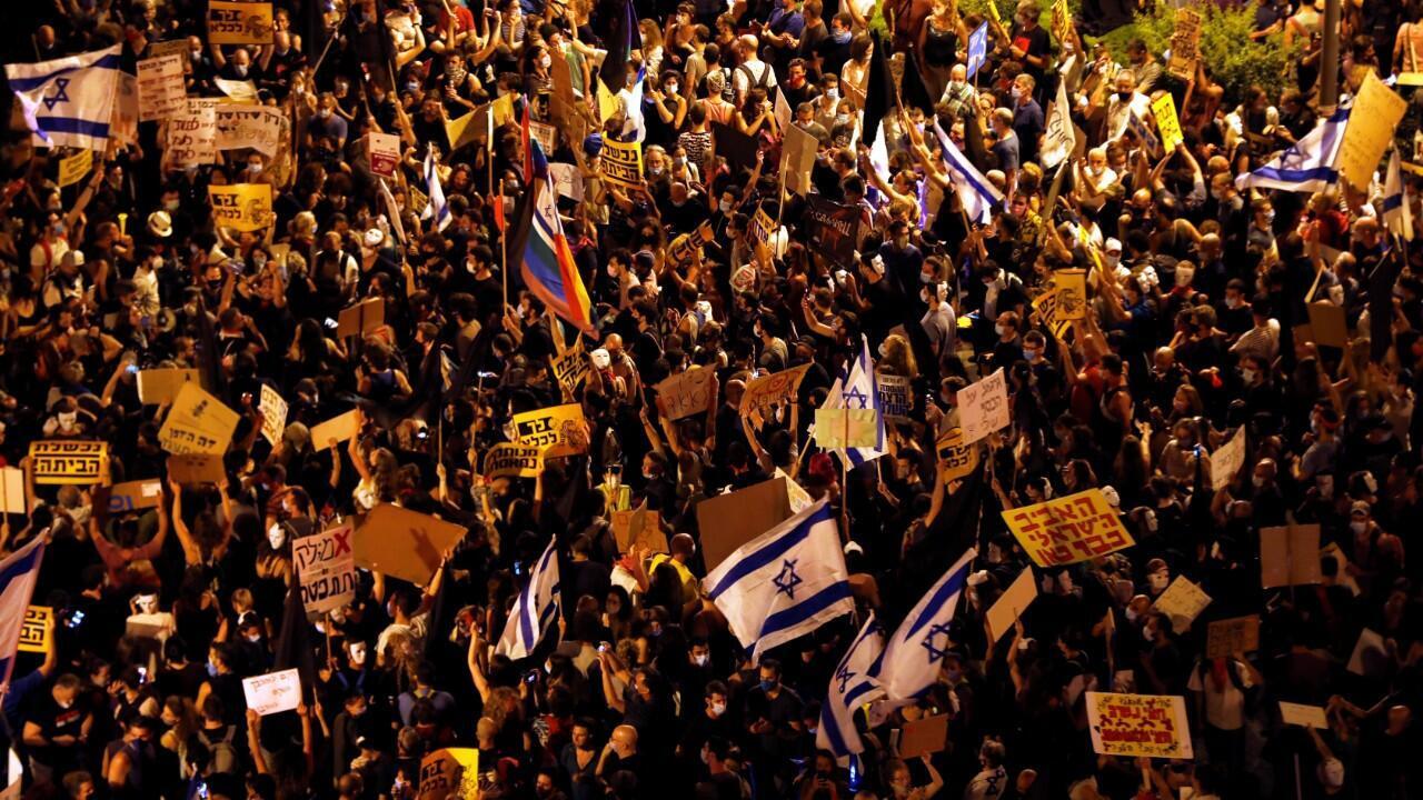 Los ciudadanos se reunieron en las inmediaciones de la residencia del primer ministro, en Jerusalén del Oeste, para pedir su renuncia por el manejo de la crisis de Covid-19 y los casos de corrupción en su contra. 1 de agosto de 2020.