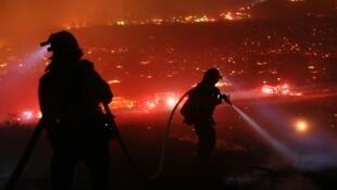 8 500 pompiers sont mobilisés depuis le début de la semaine pour lutter contre les flammes qui ravagent le sud de la Californie.