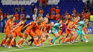 Las jugadoras de Países Bajos celebran junto a sus fanáticos tras conseguir el pase a la final del Mundial Femenino de Fútbol en Lyon, el 3 de julio de 2019.