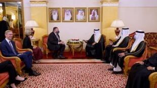 بومبيو خلال لقاء مع وزير خارجية البحرين ومسؤولين أخرين في المنامة في 25 آب/اغسطس 2020