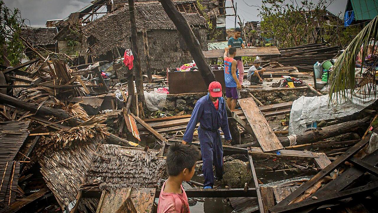 Des habitants constatent les dégâts infligés à leurs maisons par le typhon Vongfong, dans la ville de San Policarpio, dans la province de Samar Est, le 15 mai 2020.