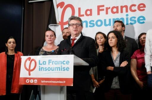 Le leader de la France Insoumise Jean-Luc Melenchon (c) et la tête de liste aux élections européennes Manon Aubry (d) lors d'un discours le soir des élections, le 26 mai 2019 à Paris