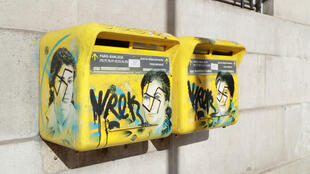 Une boîte aux lettres du 13e arrondissement de Paris, taguée de croix gammées sur le portrait de Simone Veil, femme politique française .