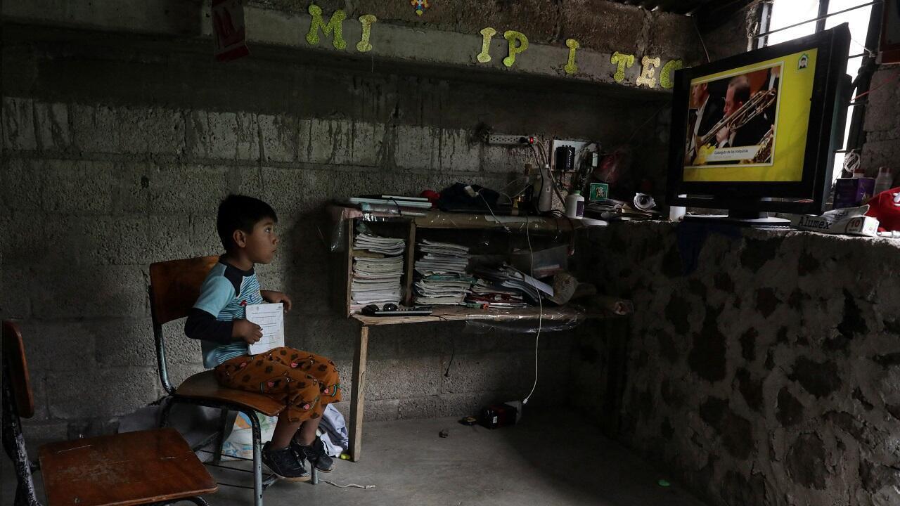 Óscar Hernández, de 5 años, sigue una clase televisada en casa en Chilcuautla, estado de Hildalgo, México, el 24 de agosto de 2020.