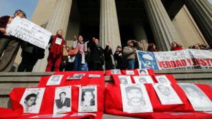 Activistas de derechos humanos protestan contra la decisión de la Corte Suprema de Chile de conceder libertad condicional a ex agentes de la dictadura de Augusto Pinochet en Valparaíso, Chile el 1 de agosto de 2018.