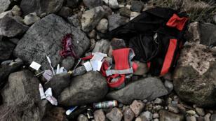 Des affaires personnelles échouées sur l'île grecque de Lesbos, dimanche 1er novembre 2015, au large de laquelle deux naufrages d'embarcations transportant des migrants sont survenus.