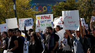 Empleados de Google realizan protestan en sus oficinas de Googleplex por el acoso sexual que se da al interior de la compañía en Mountain View, California, EE. UU., el 1 de noviembre de 2018.