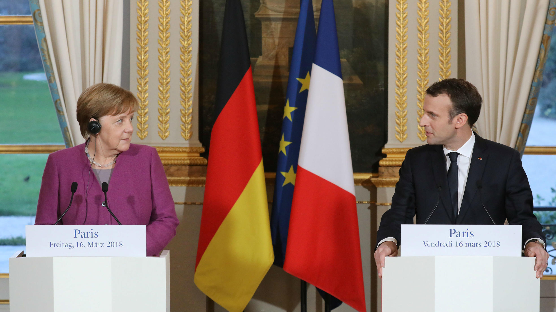 El presidente francés Emmanuel Macron y la canciller alemana Angela Merkel dieron una conferencia de prensa conjunta en el Palacio presidencial del Elíseo en París, Francia, el 16 de marzo de 2018.