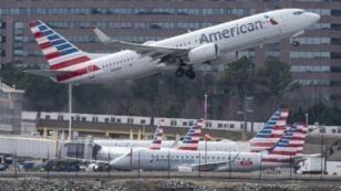 طائرة من طراز بوينغ 737 ماكس تقلع من مطار أرلينغتون بولاية فرجينيا الأمريكية