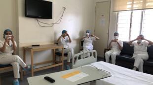 """صورة التقطتها ممرضة في مستشفى أوتيل ديو في بيروت في 15 نيسان/أبريل يظهر فيها زملاء لها خلال فترة استراحة في قسم """"كوفيد-19"""" في المستشفى"""