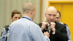 Anders Behring Breivik dans la  salle du tribunal de la prison de Skien, en Norvège, le 16 mars 2016.