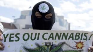 Manifestant lors d'un rassemblement en faveur de la dépénalisation du cannabis à Paris, le 9 mai 2015.