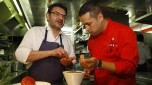 Les deux chefs, le Français Stéphane Jégo et le Syrien Mohammad El Khaldy, réfugié, préparent un menu à quatre mains.