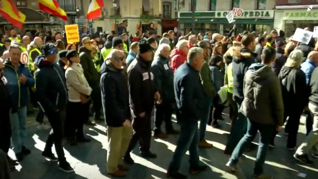 Cientos de hombres y mujeres se manifiestan, en España, el 2 de febrero de 2019, mientras aseguran que luchan no sólo por el aumento en el pago de sus pensiones sino también por las pensiones de las generaciones futuras.