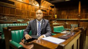 El fiscal general de Sudáfrica, Shaun Abrahams, se prepara para presentar un informe sobre el Comité de Justicia y Servicios Correccionales, en el Parlamento en Ciudad del Cabo, Sudáfrica el 4 de noviembre de 2016.