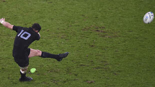 L'ouvreur des All Blacks Dan Carter frappe une pénalité lors de la finale du Mondial-2015 remportée face à l'Australie, le 31 octobre à Twickenham