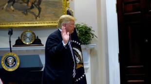 El presidente de Estados Unidos, Donald Trump, se marcha después de hablar sobre inmigración y seguridad fronteriza en la Sala Roosevelt de la Casa Blanca en Washington, EE. UU., 1 de noviembre de 2018.