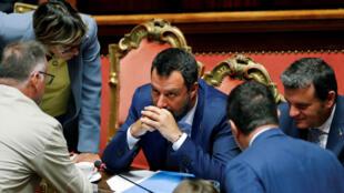 Salvini se rodea de su equipo tras la votación sobre una línea de tren entre Lyon y Turín que desencadenó la ruptura de Gobierno. Roma, Italia, el 7 de agosto de 2019.