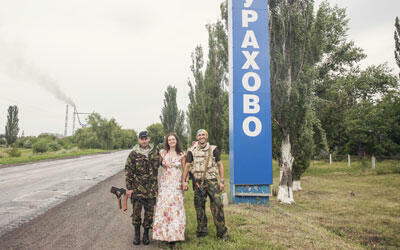 Oxana Chorna et deux soldats ukrainiens