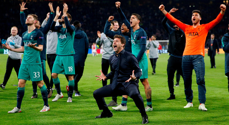 El Tottenham celebra su clasificación a la final de la Champions League con Mauricio Pochettino al frente, después de eliminar al Ajax. Ámsterdam, Países Bajos, 8 de mayo de 2019.