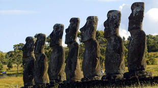Un turista camina detrás de una plataforma con siete estatuas enormes (moáis en idioma Rapa Nui), las únicas frente al mar, en Ahu Akivi en la Isla de Pascua, a 3.700 km de la costa de Chile, el 12 de febrero de 2005.