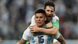 ميسي وروخو يحتفلان بالهدف الثاني للأرجنتين في مرمى نيجيريا 26 حزيران/يونيو 2018