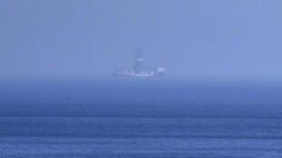 سفينة يافوز للتنقيب تشاهد من ساحل كارباز في شمال قبرص في 21 تموز/يوليو 2019