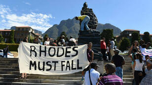 La statue du colon britannique Cecil Rhodes recouverte de sacs poubelles par les étudiants de l'Université du Cap.