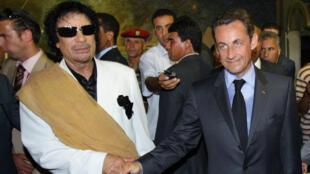 نيكولا ساركوزي ومعمر القذافي في طرابلس الغرب في 25 تموز/يوليو 2007.