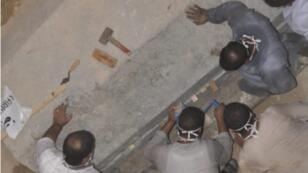 فتح تابوت عثر عليه مطلع تموز/يوليو بالإسكندرية