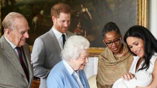 El príncipe Harry y su esposa Meghan muestran a su bebé recién nacido a la reina Isabel II. Castillo de Windsor, Reino Unido, el 8 de mayo de 2019.
