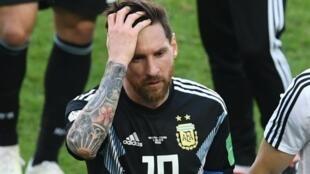 اللاعب الأرجنتيني ليونيل ميسي كابتن منتخب الأرجنتين عقب إخفاقه في تسجيل ضربة جزاء