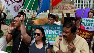 Activistas ambientales protestan frente al centro de Conferencias de las Naciones Unidas, en Bangkok, Tailandia, donde se lleva a cabo la Conferencia de Bangkok sobre el cambio climático, 4 de septiembre de 2018.