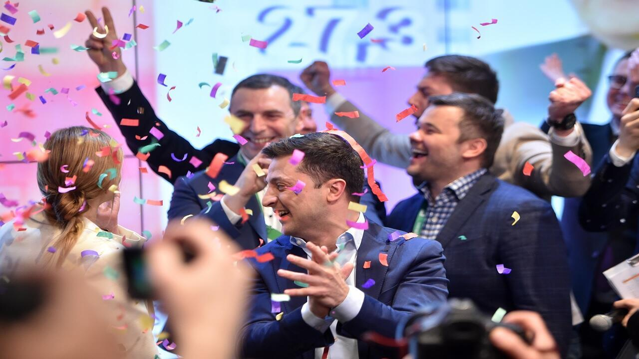 الممثل الأوكراني فولوديمير زيلينكسي عقب الإعلان عن نتائج استطلاع للرأي في الانتخابات الرئاسية الأوكرانية في كييف في 21 أبريل/نيسان 2019.