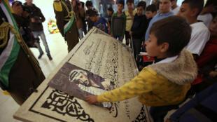 De jeunes Palestiniens rendant hommage à Yasser Arafat, décédé le 11 novembre 2004.