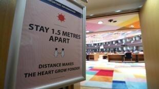Un cartel advierte de que se debe mantener la distancia social en una sala de reuniones de la cumbre de la Unión Europea el 16 de julio de 2020 en Bruselas