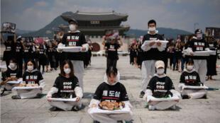Un grupo de animalistas se toman Seúl para pedir que se termine el consumo de carne de perro.