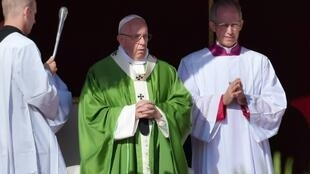 El papa Francisco celebra un misa en la apertura del sínodo de los jóvenes en el Vaticano el 3 de octubre de 2018