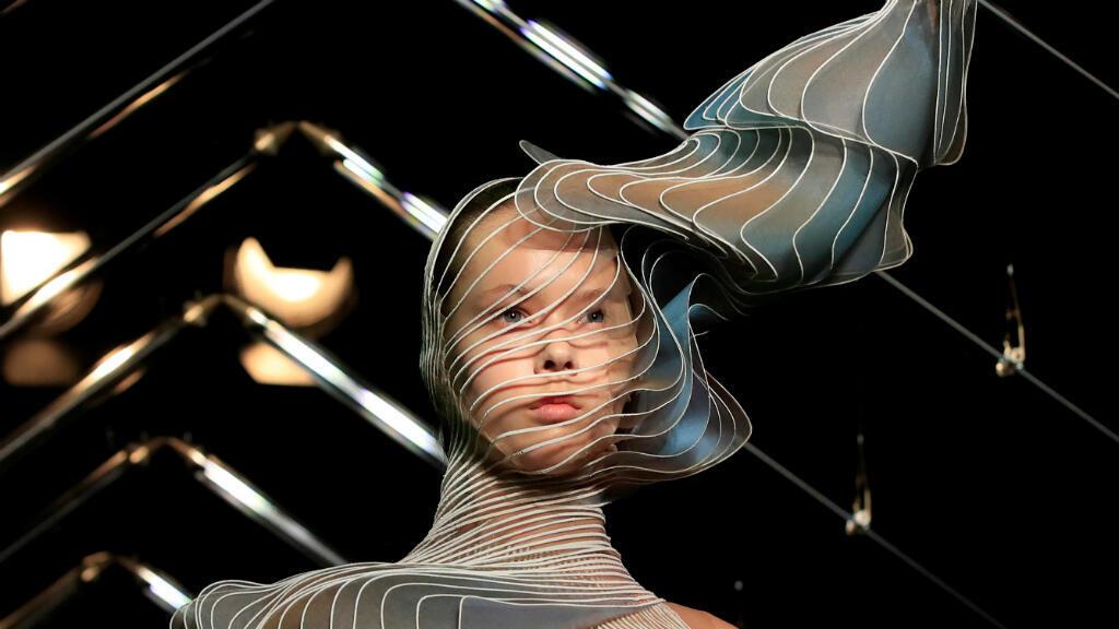 Una modelo presenta la creación de la diseñadora Iris Van Herpen como parte de su colección de Alta costura Otoño/ Invierno 2018/2019 en París, Francia, el 2 de julio de 2018.