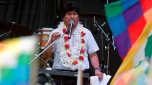 Fotografía de archivo fechada el 22 de enero de 2020 que muestra al expresidente de Bolivia, Evo Morales, mientras habla ante miles de personas durante los festejos del Día Plurinacional de Bolivia, en el estadio del Club Deportivo Español en la ciudad de Buenos Aires (Argentina).