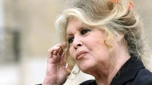 En esta foto de archivo se ve a la actriz francesa Brigitte Bardot dejando el Palacio del Elíseo, en París.